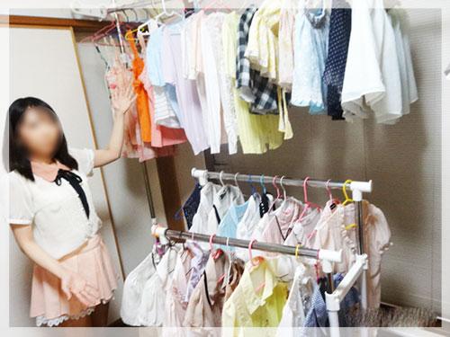 沢山の衣装を見せるチャットレディのイメージ